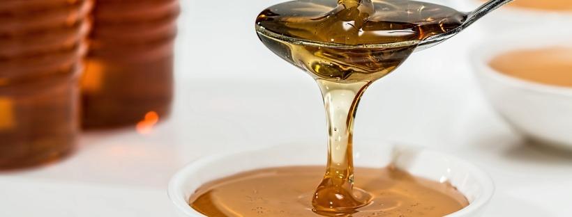 Miel versé dans une cuillère