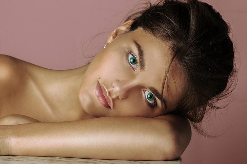 Jeune femme le visage posé sur son avant bras