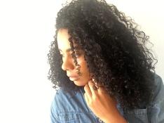 Mégane auteur du blog Stay happy. Be curly. Portrait jeune femme métisse aux cheveux bouclés