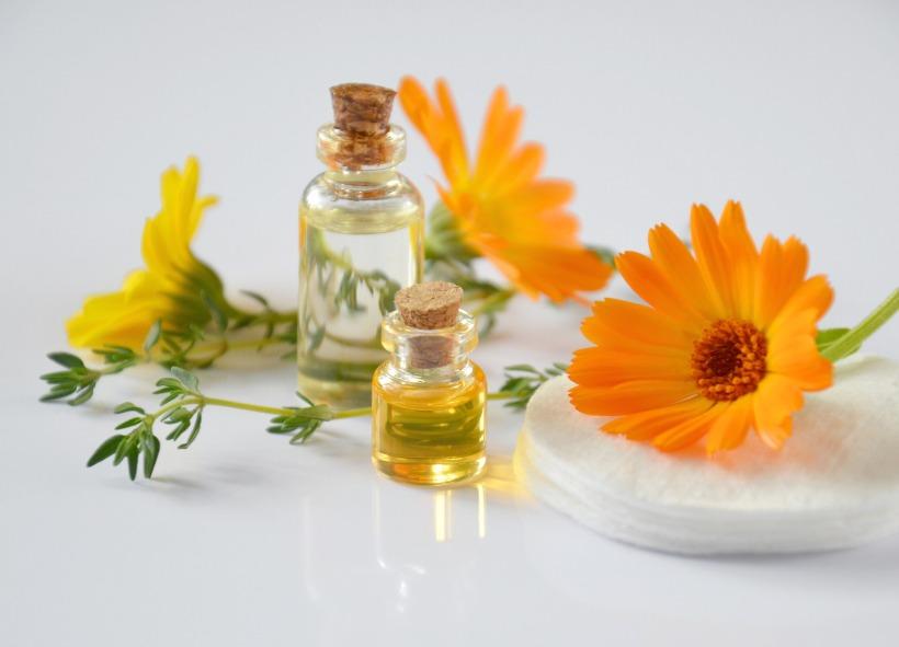 Flacons d'huile et fleurs