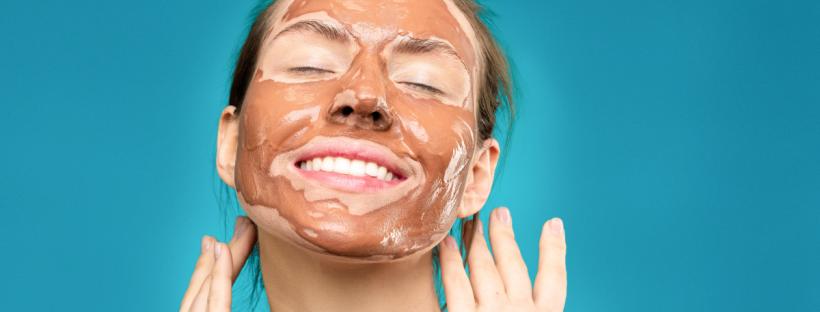 Femme avec un masque en argile sur le visage